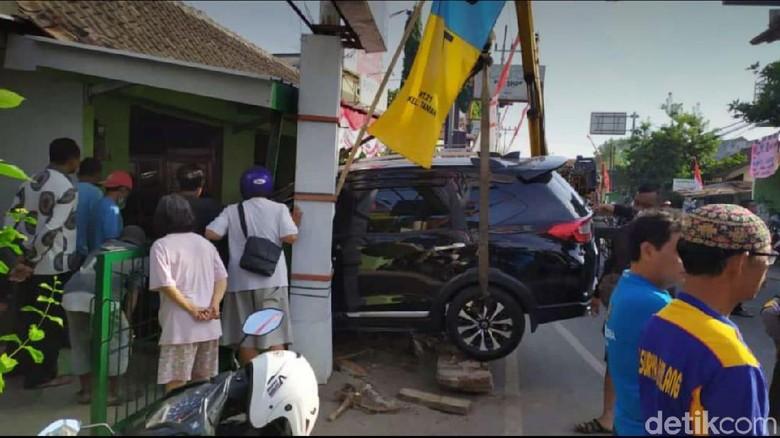 Honda BR-V yang menabrak rumah warga Foto: Sugeng Harianto