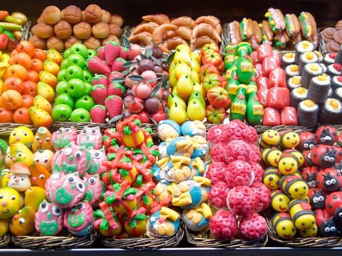 Kalau sedang belanja di pasar La Boqueria, Barcelona, ada permen marzipan. Jajanan manis kaya warna dan aneka bentuk yang menggemaskan. Foto: Istimewa