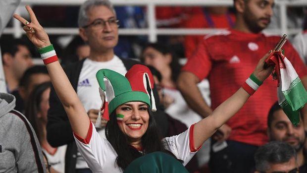 Perempuan Iran Melawan Larangan Tonton Sepak Bola di Stadion