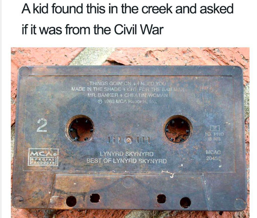 Seorang anak menemukan benda ini dan mengiranya berasal dari masa perang. Padahal ini adalah kaset, media untuk mendengar musik favorit di masa lalu. Foto: Bored Panda