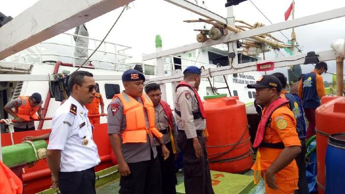 Bakamla mengevakuasi 13 awak KM Sinar Jaya yang mengalami mesin rusak dan putus jangkar di perairan Maluku. (Dok. Bakamla)