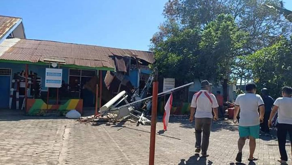 Tower Roboh Timpa Gedung SD di Sulsel, 8 Murid Luka-luka