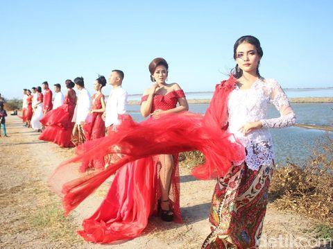 Fashion show di tanggul lumpur Sidoarjo/