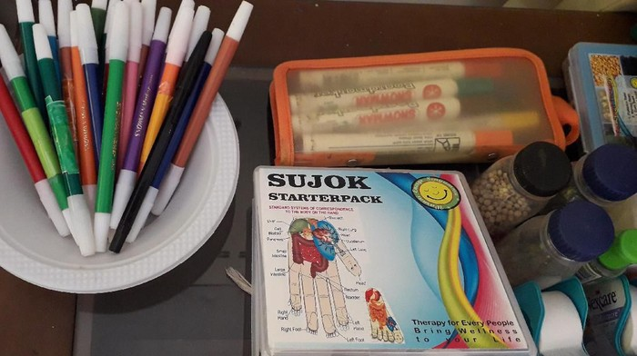 Alat yang digunakan untuk terapi sujok. (Foto: Roshma Widiyani/detikHealth)