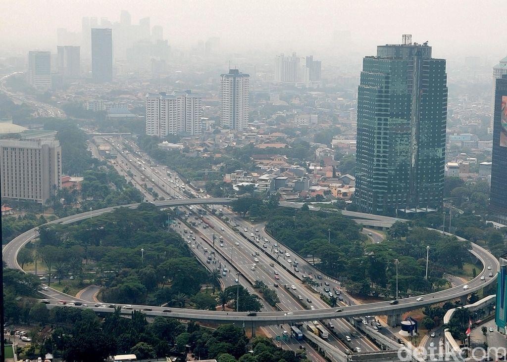 Jakarta mempertahankan predikat sebagai kota juara kualitas udara terburuk di dunia dalam tiga hari terakhir. Hari ini, kota dengan kualitas terburuk kedua adalah Tashkent, Uzbekistan dengan AQI 157 disusul Lahore, Pakistan dengan AQI 155.