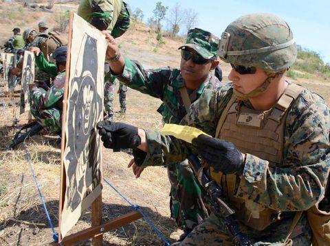 Latihan menembak Marinir Indonesia dan Amerika/