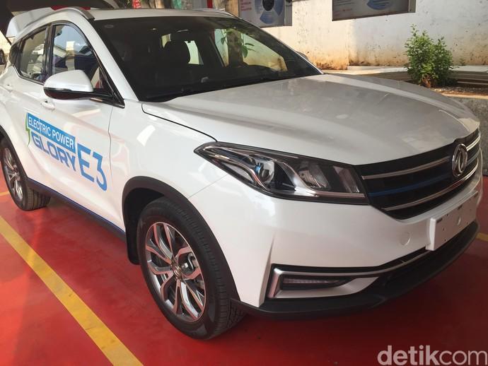 Era mobil listrik sudah dekat, regulasi kendaraan listrik baru saja diteken Presiden Joko Widodo beberapa waktu lalu. Sambil menunggu aturan teknisnya terbit, kali ini detikcom mencoba mobil listrik buatan Tiongkok, DFSK Glory E3.