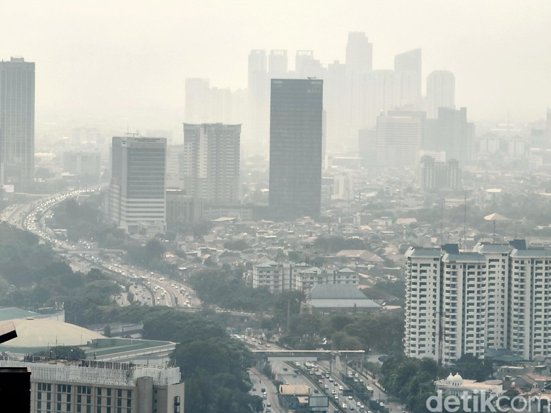 Berdasarkan data Airvisual pada Selasa (13/9/2019) siang, setidaknya ada sepuluh kota di Indonesia yang memiliki tingkat kualitas udara terburuk. Hingga pukul 12.30 WIB, data dari AirVisual menunjukkan bahwa kota-kota yang memiliki kualitas udara buruk tersebut mempunyai tanda merah yang artinya tidak sehat.