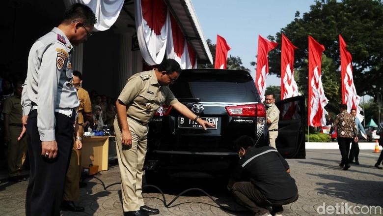 Anies Pantau Uji Emisi Kendaraan di Balai Kota