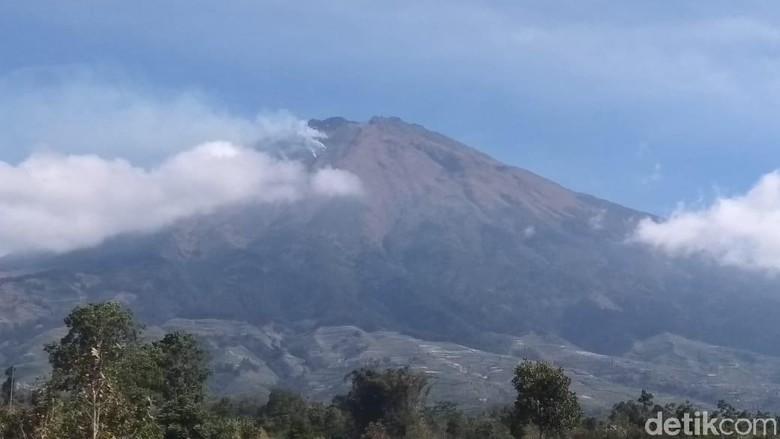 Gunung Sumbing dilihat dari Magelang, Selasa (13/8/2019).