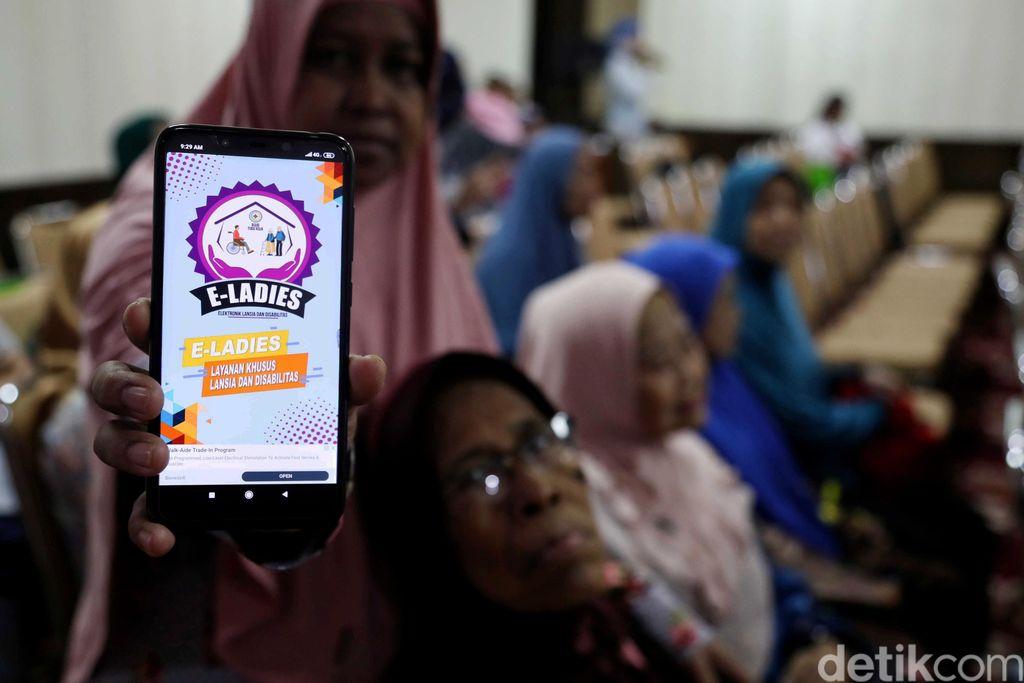 Sejumlah pasien lansia dan disabilitas hadir dalam acara peluncuran aplikasi e-Ladies yang di barengi dengan pemeriksaan kesehatan di klinik Geriatri khusus untuk pasien lansia dan disabilitas di kawasan RSUD Tugu Koja, Jakarta Utara, Rabu (14/8/2019).