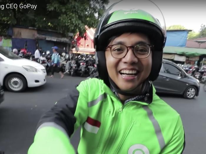 Foto: Screenshot sosok CEO GoPay Aldi Haryopratomo di akun Youtube Arief Muhammad