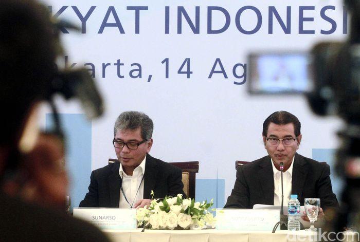 Direktur Utama BRI Suprajarto didampingi seluruh jajaran direksi BRI saat melakukan paparan kinerja keuangan triwulan II/2019 di Jakarta, Rabu (14/8).