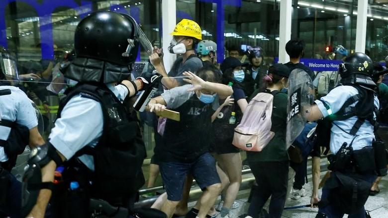 Polisi Bubarkan Para Pedemo Bandara Hong Kong