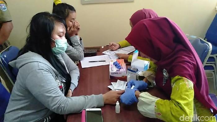 Petugas melakukan tes darah (Foto: Imam Suripto/detikHealth)