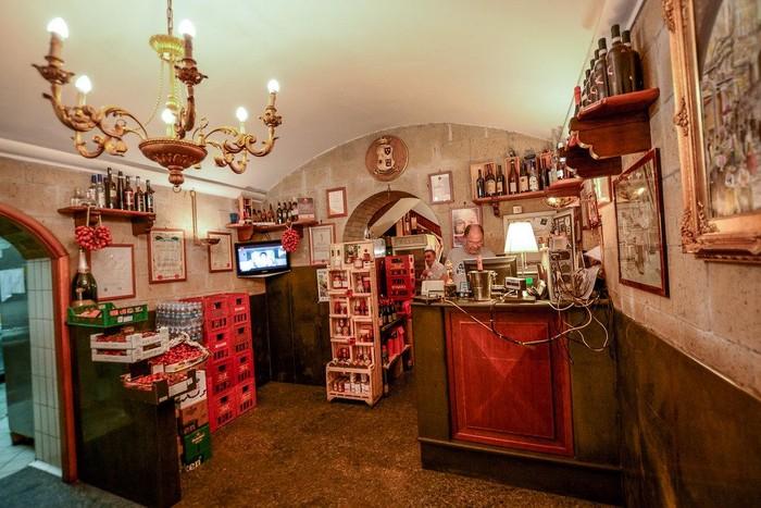 Tidak seperti gerai pizza modern, di Antica, hanya ada ruangan kecil berisi meja kasir dan minuman ringan, keju, hingga tomat segar yang menghiasi gerai pizza klasik ini. Foto: Ravinsons/Istimewa