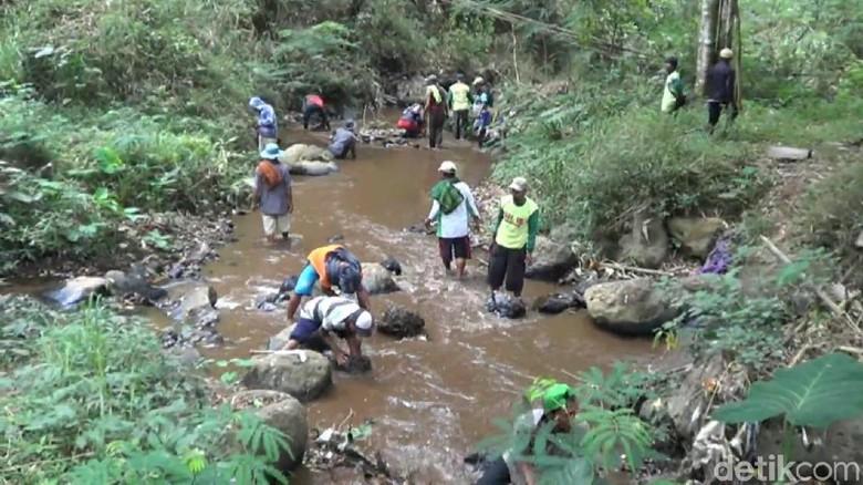 Petani Empat Desa di Pasuruan Rela Jalan Kaki 10 KM Cari Sumber Air