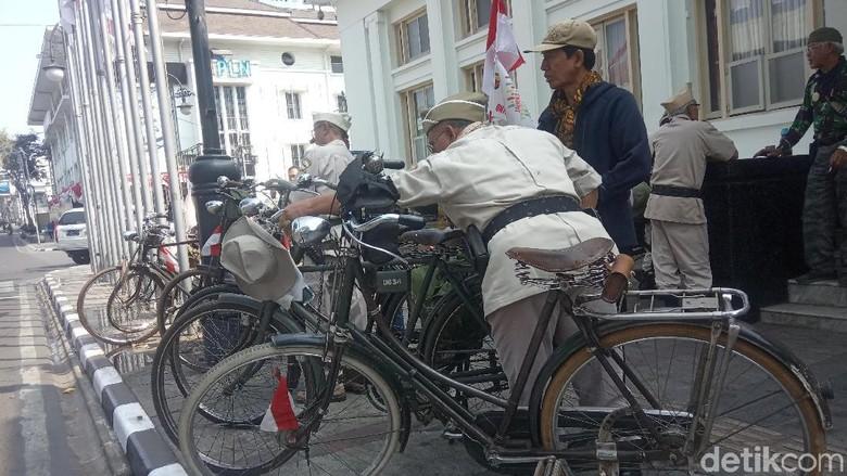 Sambut HUT RI, Komunitas Ontel Keliling Bandung