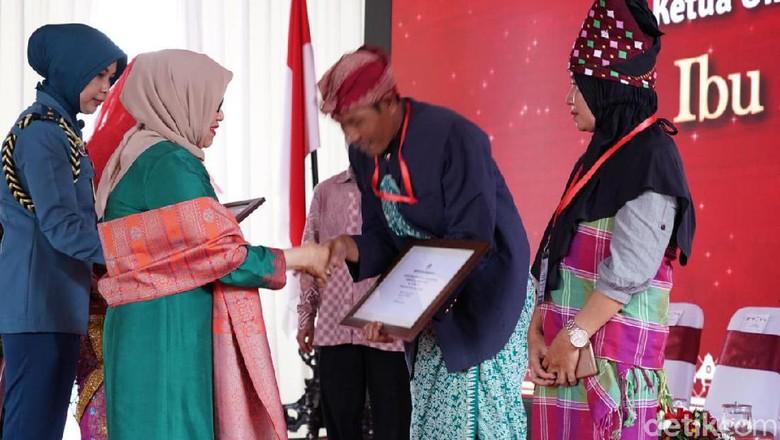 Mufidah Kalla Serahkan Bantuan Rp 150 Juta untuk Perajin di Lombok