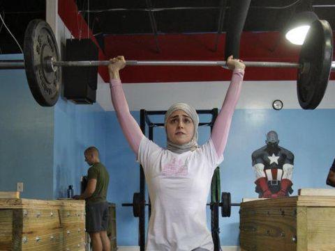 Inspiratif, Kisah Atlet Angkat Besi Berhijab Pertama yang Bergelar Doktor