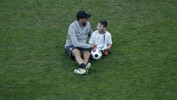 Jurgen Klopp saat berbincang dengan anak difabel usai Liverpool juara Piala Super Eropa. (