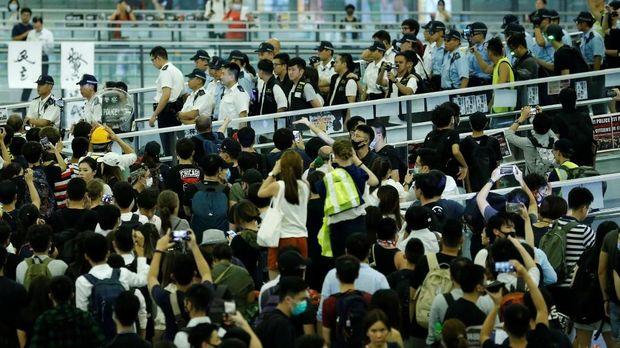 Pendemo sempat menduduki bandara Hong Kong.