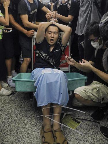 Demonstran Hong Kong mengikat seorang pria yang dicurigai sebagai agen China yang menyamar
