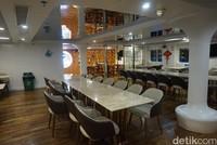Di dalam kapal, ada sejumlah fasilitas seperti tempat pertunjukan, tempat makan dan kafe (Shinta/detikcom)