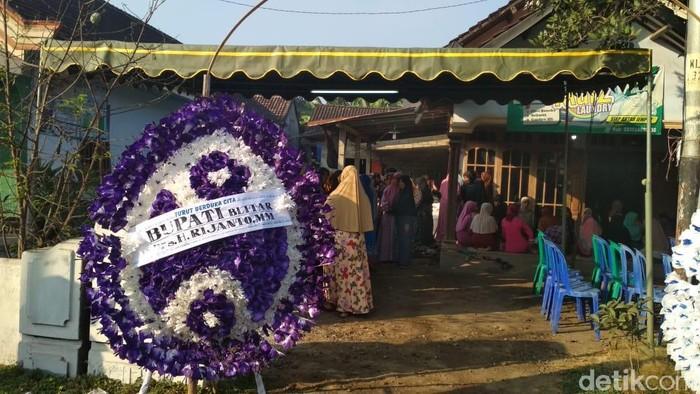Karangan bunga dari Bupati Blitar di rumah duka (Foto: Erliana Riady/File)