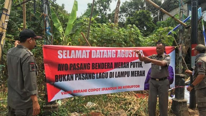 Satpol PP Depok Copot Spanduk Penolakan Lagu Lampu Merah