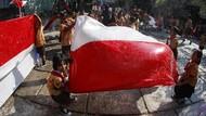 Cerianya Anak-anak SD di Solo Saat mencuci Bendera Jelang HUT RI