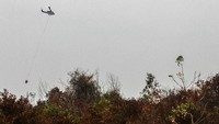 Helikopter Badan Nasional Penanggulangan Bencana (BNPB) terus mengudara demi untuk menyelamatkan lahan dan hutan di Kabupaten Pelalawan, Riau. Antara FotoRony Muharrman.