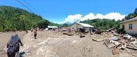 Rumah-rumah rusak berat diterjang banjir.