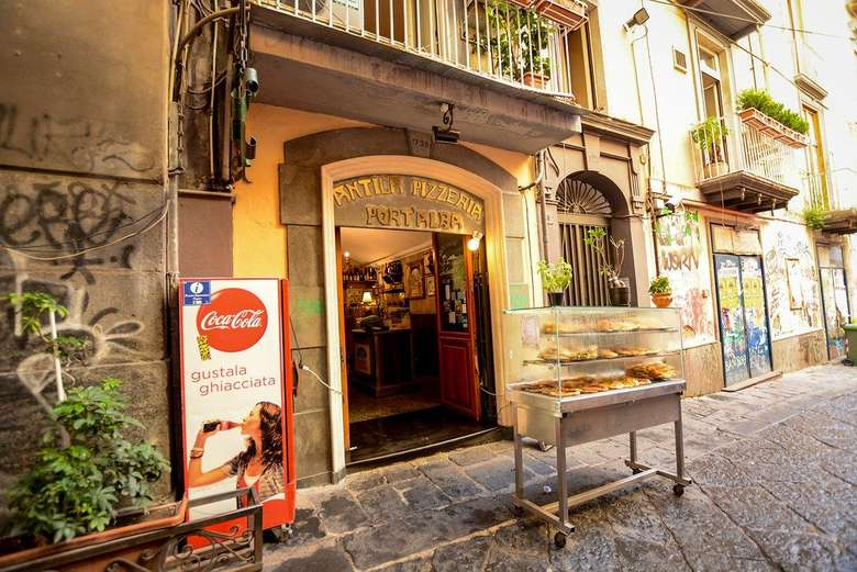 Disebut sebagai gerai pizza pertama di dunia, letak Antica Pizzeria PortAlba berada di kota Napoli, Italia. Meski sudah berusia ratusan tahun, gerai pizza ini masih populer hingga sekarang. Foto: Ravinsons/Istimewa