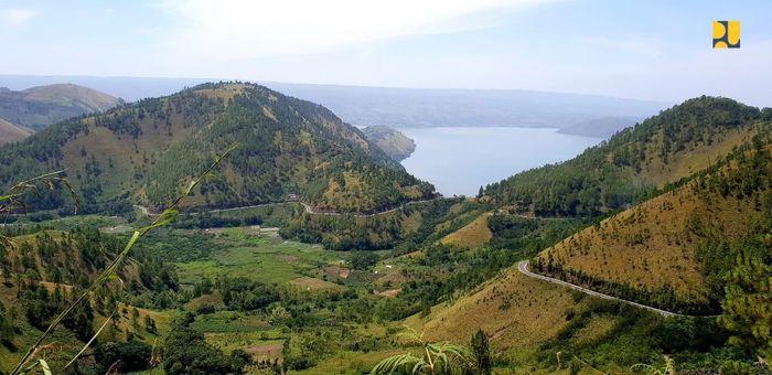 Kementerian PUPR melakukan preservasi dan pelebaran jalan lingkar Pulau Samosir sepanjang 145,9 Km. Hal itu dilakukan untuk meningkatkan konektivitas antar destinasi wisata di pulau tersebut. Istimewa/Dok. Kementerian PUPR.