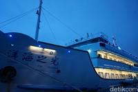 Traveler pun akan diangkut dengan kapal cruise sedang, yang bisa menjangkau beberapa wilayah Sanya Bay (Shinta/detikcom)