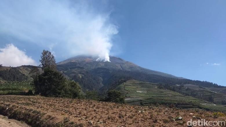 Kebakaran Lereng Gunung Sumbing, 70 Relawan Diberangkatkan ke Titik Api