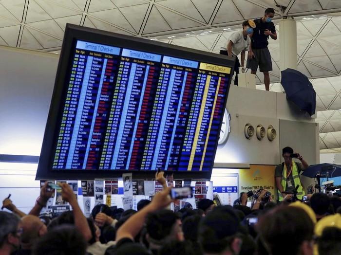 Aksi demonstran Hong Kong di bandara pada 13 Agustus kemarin (AP Photo/Vincent Yu)