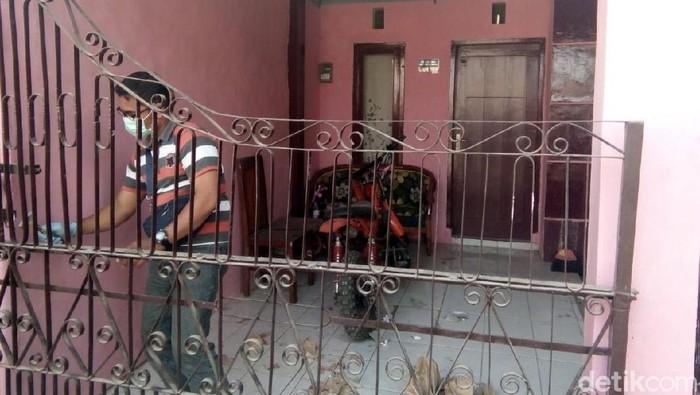 Di rumah ini, seorang bayi ditemukan memeluk ayahnya yang telah meninggal 3 hari dan jenazahnya mulai membusuk. (Foto: Yakub Mulyono)