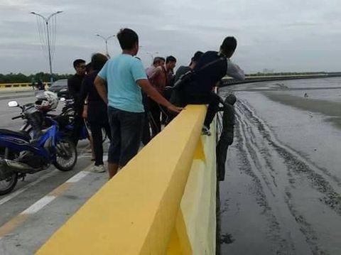 Haru! Pria Lompat dari Jembatan, Ambil Benda Sederhana dari Mendiang Istri
