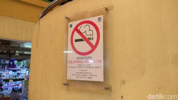 Tanda larangan merokok di Pasar Kramat Jati.