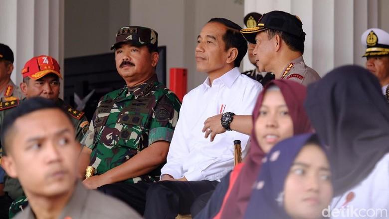 Jokowi Saksikan Geladi Bersih Upacara Bendera HUT RI di Istana