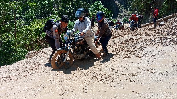 Akses tertutup material banjir bandang di Kulawi, Sigi, Sulteng, Kamis (15/8/2019)