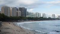 Bisa dibilang, pantai ini jadi incaran turis lokal maupun internasional. Saat sore hari, banyak turis yang bersantai di pinggir pantai atau mencoba berbagai olahraga air (Shinta/detikcom)