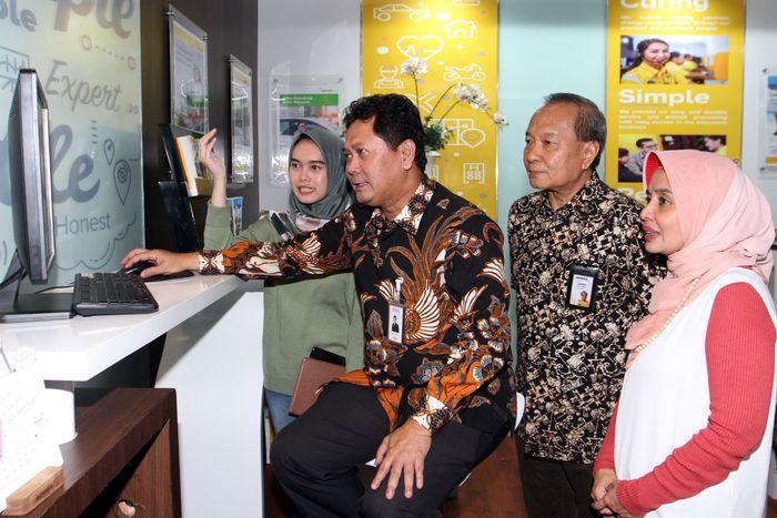 Kantor tersebut juga memiliki digital corner yang dapat digunakan oleh pelanggan untuk sekedar browsing atau mendapatkan edukasi tentang pentingnya asuransi. Foto: dok.Adira Insurance