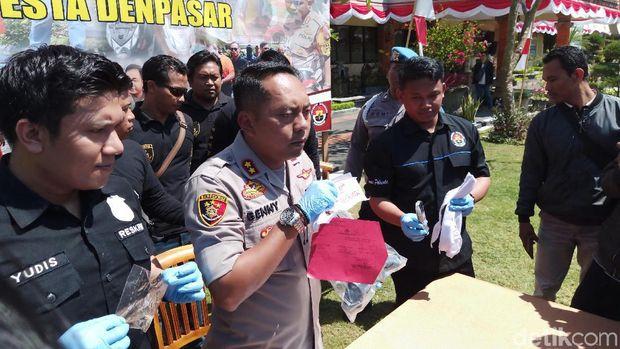 Polisi menangkap pencuri pistol Kapolsek Negara, Jembrana, Bali, Kompol I Ketut Maret.