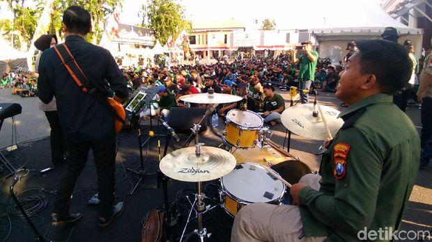 Bonek-Bonita dihibur band Polrestabes Surabaya/