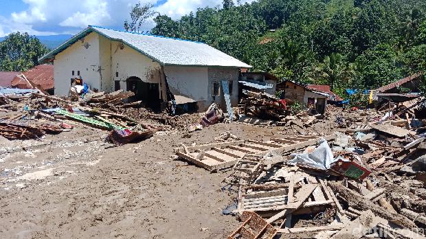 Puing sisa terjangan banjir bandang di Kulawi, Sigi, Sulteng, Kamis (15/8/2019)