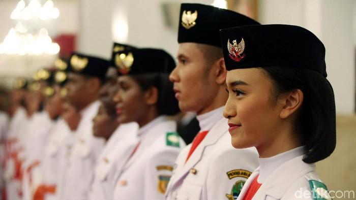 Sangat cantik, pintar dan bersemangat cukup mewakili pribadi para bidadari paskibraka nasional yang resmi dikukuhkan Presiden Jokowi.