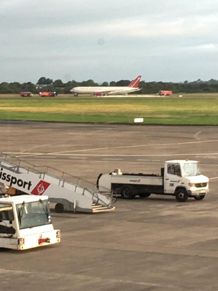 Situasi di Bandara Shannon setelah pesawat milik Omni Air International terbakar saat akan lepas landas (Charles Pereira via REUTERS)